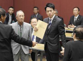 水俣病の被害者団体との懇談会で、要望書を受け取る小泉環境相(中央右)=19日午後、熊本県水俣市