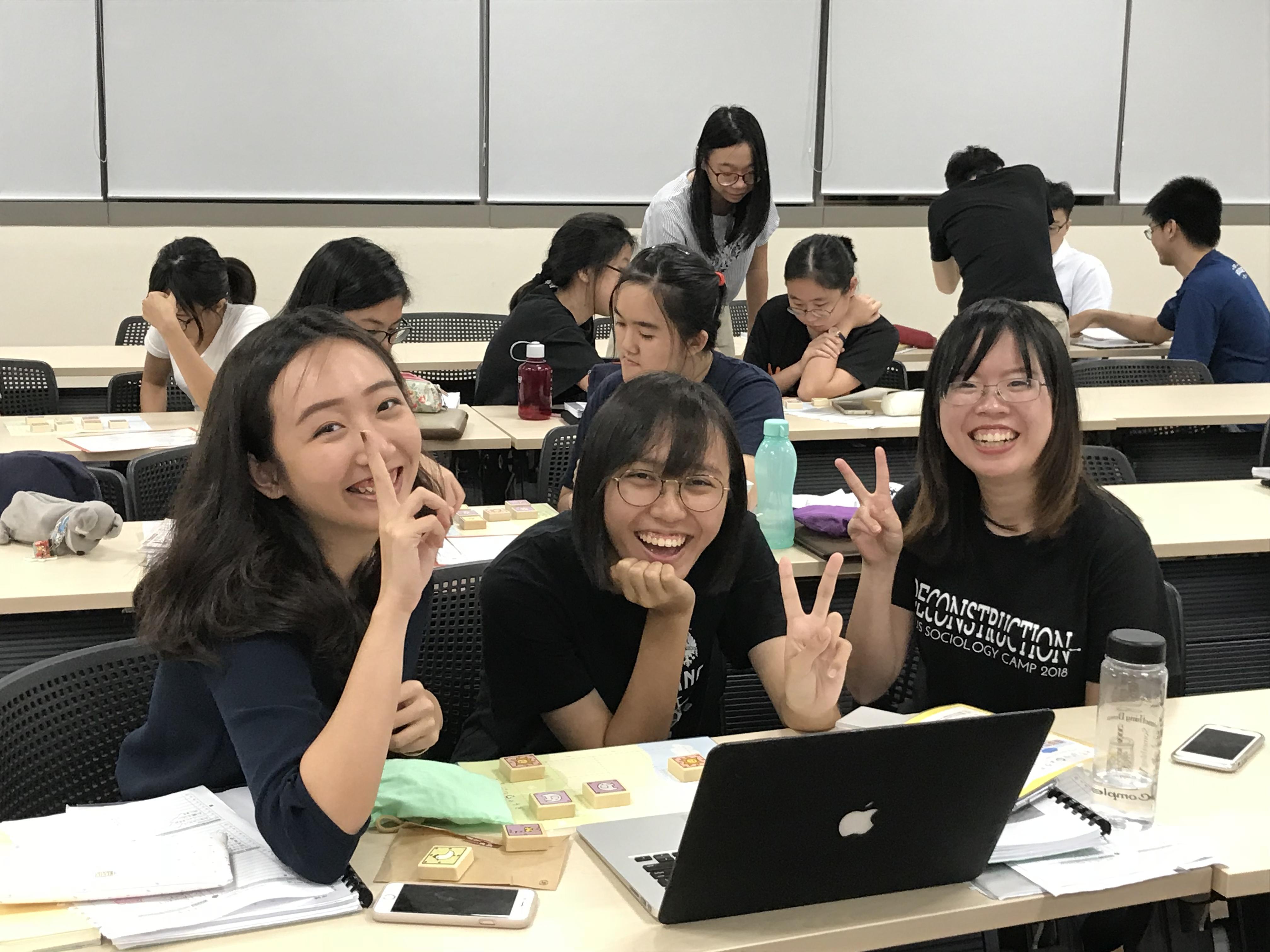 授業を受ける女子学生たち