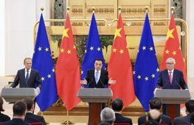 北京の人民大会堂で共同記者会見する中国の李克強首相(中央)、EUのトゥスク大統領(左)、ユンケル欧州委員長=16日(共同)