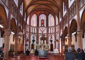 修復工事を終えた黒島天主堂で営まれたミサ=佐世保市黒島町