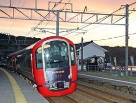 日本海に夕焼けが映える中、有間川駅に停車した雪月花の試運転=21日、上越市有間川