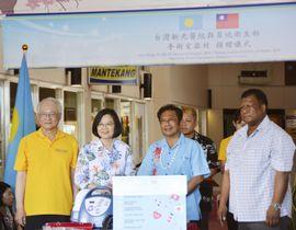 パラオの国立病院で医療機材の贈呈式に出席した台湾の蔡英文総統(左から2人目)=23日、コロール(共同)