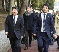 証拠保全のため警視庁本部に向かう東京地裁の裁判官(手前の2人)=23日午後