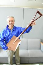 優勝賞品の浄法寺塗のスコップを手に来場を呼び掛ける菅野良和大会長