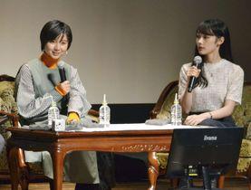 NHK大河ドラマのトークイベントに登場した上白石萌歌さん(左)と佐々木ありささん=22日、和歌山県橋本市