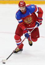 ソチ冬季五輪のアイスホッケー男子の試合でプレーするロシア選手。ユニホームに国章「双頭のワシ」が描かれている=2014年2月(タス=共同)