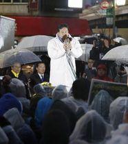 街頭演説する立憲民主党の枝野代表=21日夕、JR新宿駅前
