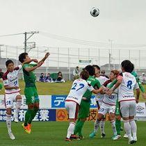 【ヴァンラーレ八戸-FC今治】前半1分、相手陣地で競り合うヴァンラーレのDF近石(左から2人目)=八戸市のダイハツスタジアム