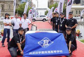 ソーラーカーレース「ワールド・ソーラー・チャレンジ」でゴールした呉港高校チーム=19日、アデレード(共同)
