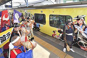勇壮な騎馬武者の姿を車体に描いたラッピング列車の出発式=25日午後、JR原ノ町駅