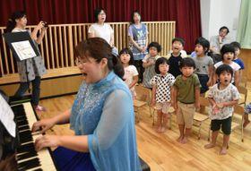 野崎さんのピアノ演奏に合わせて歌を歌う園児たち