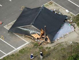 地震により倒壊した山形県鶴岡市立大泉小の相撲場=19日午前7時36分(共同通信社機から)
