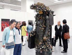 個性豊かな力作が展示された新県美展中央展