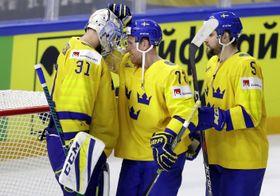 勝利を喜ぶスウェーデンの選手たち=19日、コペンハーゲン(ロイター=共同)