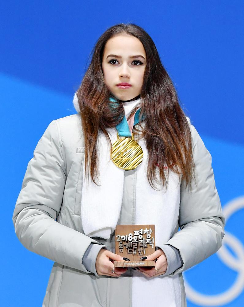 フィギュアスケート女子で金メダルを獲得し、授与式に臨んだザギトワ選手=23日、平昌