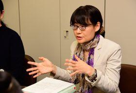 【原告女性とともに会見する代理人弁護士=津市の三重合同法律事務所で】