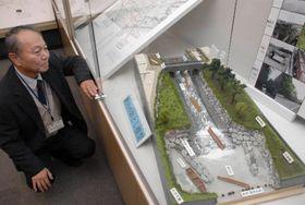 「新川の落とし」の復元模型などが並ぶ企画展(高知市の春野郷土資料館)