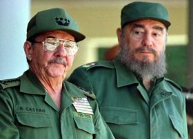 ラウル・カストロ氏(左)と兄の故フィデル・カストロ氏=1996年12月、キューバ・ハバナ(ロイター=共同)