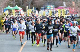起伏の激しいコースに向けて走り出すランナーたち(京都市右京区・嵐山-高雄パークウエイ)