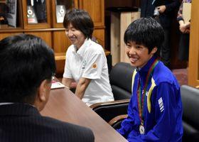 国際大会での優勝を報告、今後の抱負を語る外山選手(右)と奥松さん=20日午後、宮崎市役所
