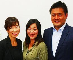 上海のウエディングフェアに参加する伊波さん(中央)と山里代表(右)、ヘアメークの講師を務める柿島可奈スーパーバイザー=19日、浦添市内