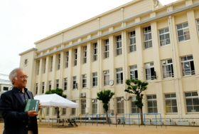 「戦前の鉄筋コンクリート造りの校舎は貴重」と語る川島智生教授=神戸市中央区宮本通7、春日野小学校
