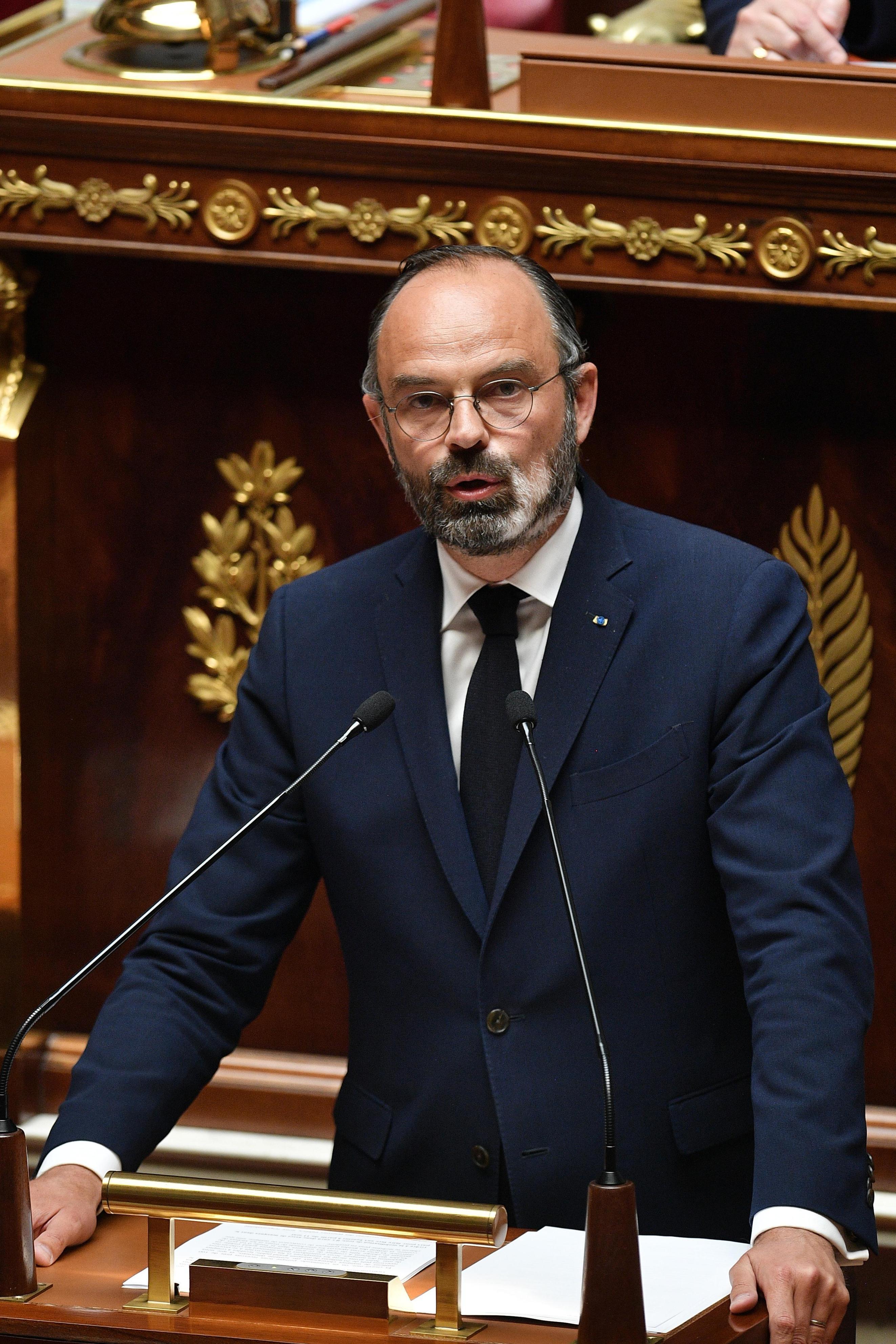 28日、パリの国民議会で演説するフランスのフィリップ首相(AP=共同)