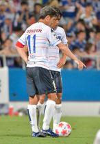 【横浜M-横浜FC】前半、フリーキックの前にボールの位置を確認する三浦知良と中村俊輔=ニッパツ