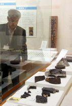 月山富田城跡で出土した鯱瓦(手前)などが並ぶ会場