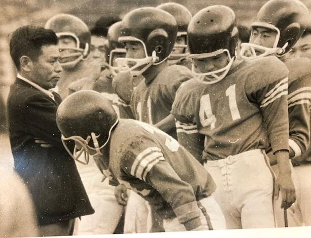 関学大監督時代の米田満さん(左)と奥井常夫さん(11)