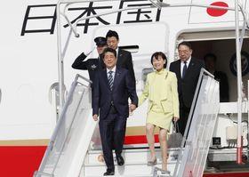 欧米歴訪でフランスのオルリ空港に到着した安倍首相と昭恵夫人=22日(共同)