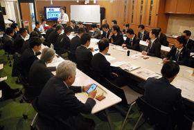 国や県内の金融機関の職員ら有志でつくる「ちいきん会熊本ダイアログ」の会合。起業促進による地域活性化を目指している=昨年11月、熊本市中央区