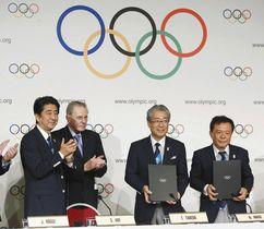 2013年9月、20年東京五輪の開催都市契約の調印式で安倍首相(左端)らと写真に納まる招致委の竹田恒和理事長(右から2人目)=ブエノスアイレスで(共同)