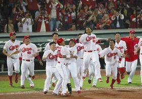 9回広島1死二、三塁、サヨナラ打を放った代打松山(手前右)に集まって喜ぶナイン=マツダで