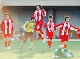 全国高校サッカー選手権で初優勝を決め喜ぶ盛岡商イレブン=2007年1月