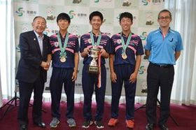 岡部市長(左)にW杯出場を報告する3選手