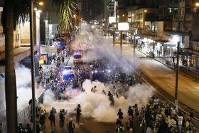 香港・新界地区でデモ隊に向けて警官隊が撃った催涙弾の煙=21日(共同)