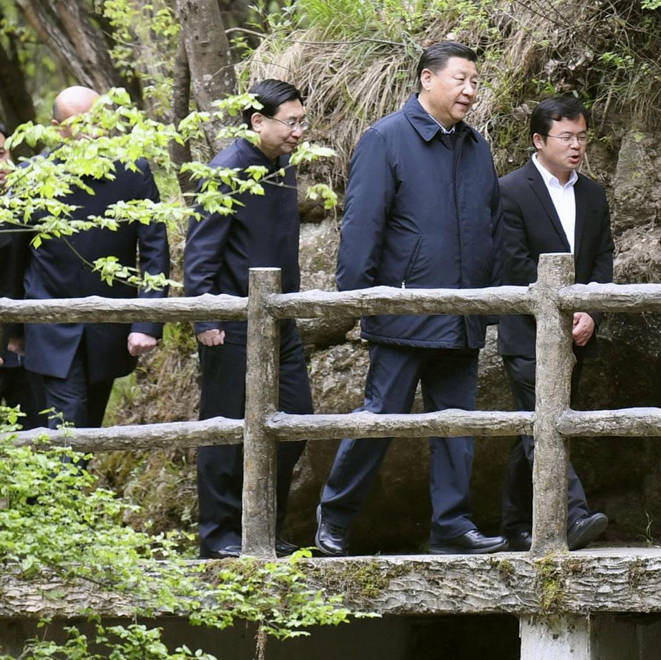 中国陝西省を視察する習近平国家主席(右から2人目)=4月(新華社=共同)