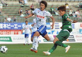 後半17分、勝ち越しのゴールを決める古橋選手(右)=岐阜市の長良川競技場で