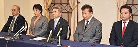 協定調印後、取材に答える内村会長(中)と笹田氏(左)、田名部氏(左から2人目)、山内氏(右から2人目)、升田氏=23日、弘前市