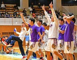 3月、招待制の全国大会「KAZU CUP」の予選リーグ、日大東北に勝利し盛り上がる直方の選手たち