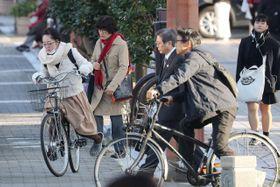今季一番の冷え込みとなった宮崎市。厚着をして通勤、通学する姿が見られた=15日午前、宮崎市橘通東1丁目