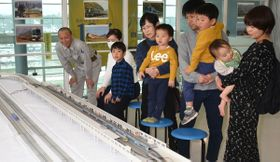 Nゲージを楽しむ子どもたち=丸亀市富士見町、ボートレースまるがめ