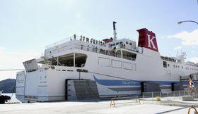 新たに就航した、北海道室蘭市と岩手県宮古市を結ぶカーフェリー=22日午前、岩手県宮古市の宮古港