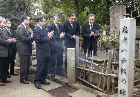 2009年春、ハチ公の墓に手を合わせる安藤士さん(右端)ら。毎年、命日の春に関係者がお参りする=都立青山霊園(有吉叔裕さん撮影)