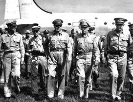 1945(昭和20)年8月30日、厚木飛行場に降り立ったマッカーサー元帥(中央)。先遣隊のアイケルバーガー米第8軍司令官(右端)らが出迎え