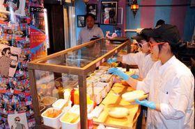 注文を受けてパンに具材を挟む「松本幸司の世界観」の店員