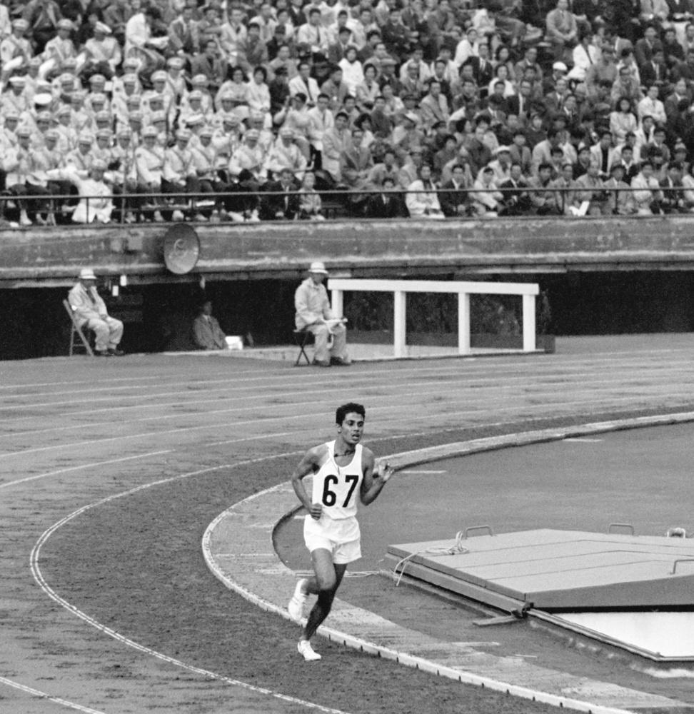1964年10月14日、陸上1万㍍決勝で最下位ながら嵐のような拍手の中、ゴールに向かうセイロンのガルナナンダ選手