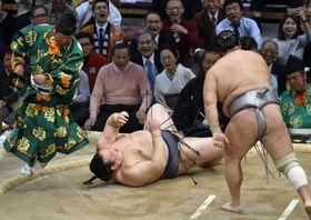 北勝富士(右)に突き落としで敗れた稀勢の里=福岡国際センター
