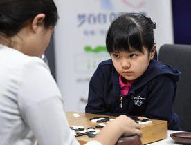 夢百合杯世界囲碁オープン戦の統合予選で、中国の王晨星五段(左)と対局する仲邑菫初段=21日、北京(共同)